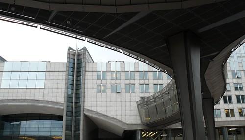 Bruxelles (Belgique), sur l'esplanade du Parlement Européen: sous la passerelle Konrad Adenauer