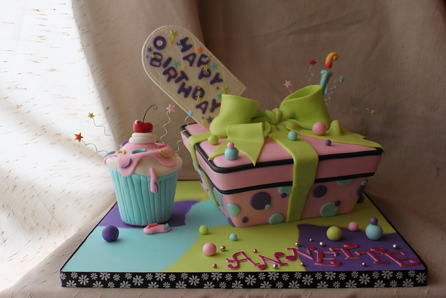 Wonky Gift box cake with cuppie cake