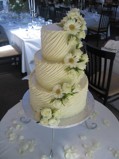 white choc ganache wedding cakes white chocolate ganache wedding cake with barberon daises 27238