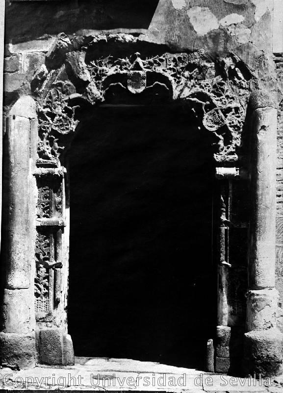 Puerta del Palacio de los Peromoro (hoy en la audiencia) el 11-7-1923. Foto Luis Jiménez Placer. Fototeca de la Universidad de Sevilla