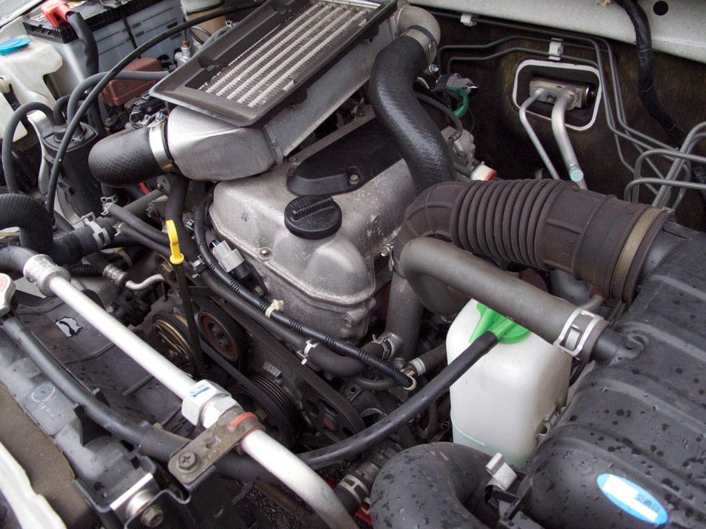 ノーマル状態のジムニーJB23のエンジンルーム