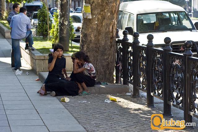 Żebrzący mieszkańcy stolicy Gruzji - Tbilisi