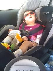 第一次乖乖戴太陽眼鏡還睡著的妞妞