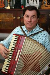 percussion(0.0), diatonic button accordion(0.0), folk instrument(0.0), yangqin(0.0), accordion(1.0), button accordion(1.0), garmon(1.0), wind instrument(1.0),