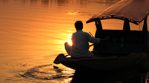 sunset orange india lake man boat kashmir srinagar dallake shrinagar