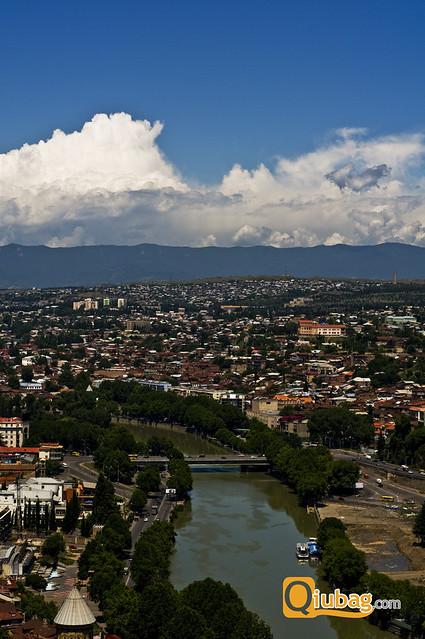 Panorama Tbilisi z widokiem na rzekę Kurę