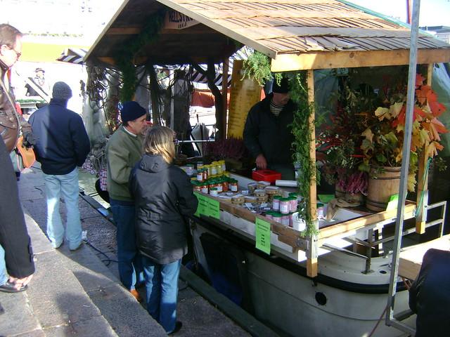 Comprando arenques en el mercado de Helsinki