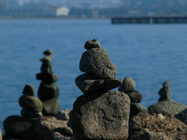 海边有人堆了奇怪的石头