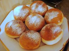 bread(0.0), poffertjes(0.0), anpan(0.0), pä…czki(0.0), breakfast(1.0), malasada(1.0), baking(1.0), cheese bun(1.0), sufganiyah(1.0), baked goods(1.0), food(1.0), dish(1.0), dessert(1.0), cuisine(1.0), beignet(1.0), brioche(1.0),