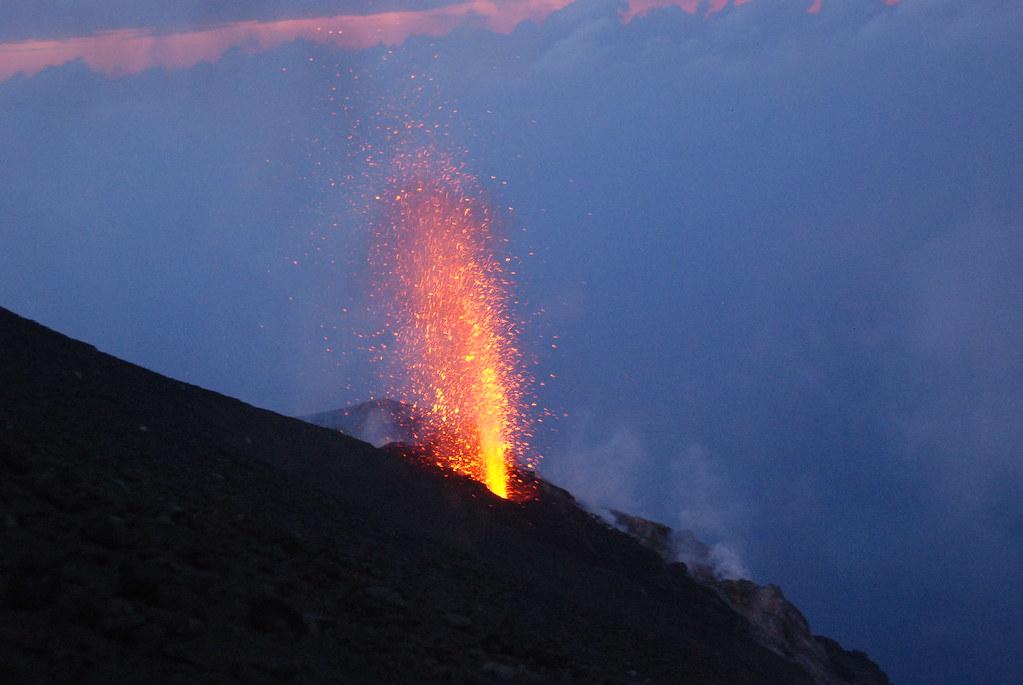 eruzione dello Stromboli al tramonto 2009