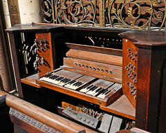 computer component(0.0), electronic device(0.0), fortepiano(0.0), harmonium(0.0), electric piano(0.0), player piano(0.0), electronic instrument(0.0), string instrument(0.0), celesta(1.0), piano(1.0), musical keyboard(1.0), keyboard(1.0), spinet(1.0), organ(1.0),
