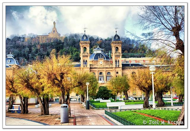 San Sebastian - Donostia. Ayuntamiento; al fondo, Monte Urgull.