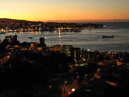 Atardecer en la bahía de Valparaíso by Miradas Compartidas