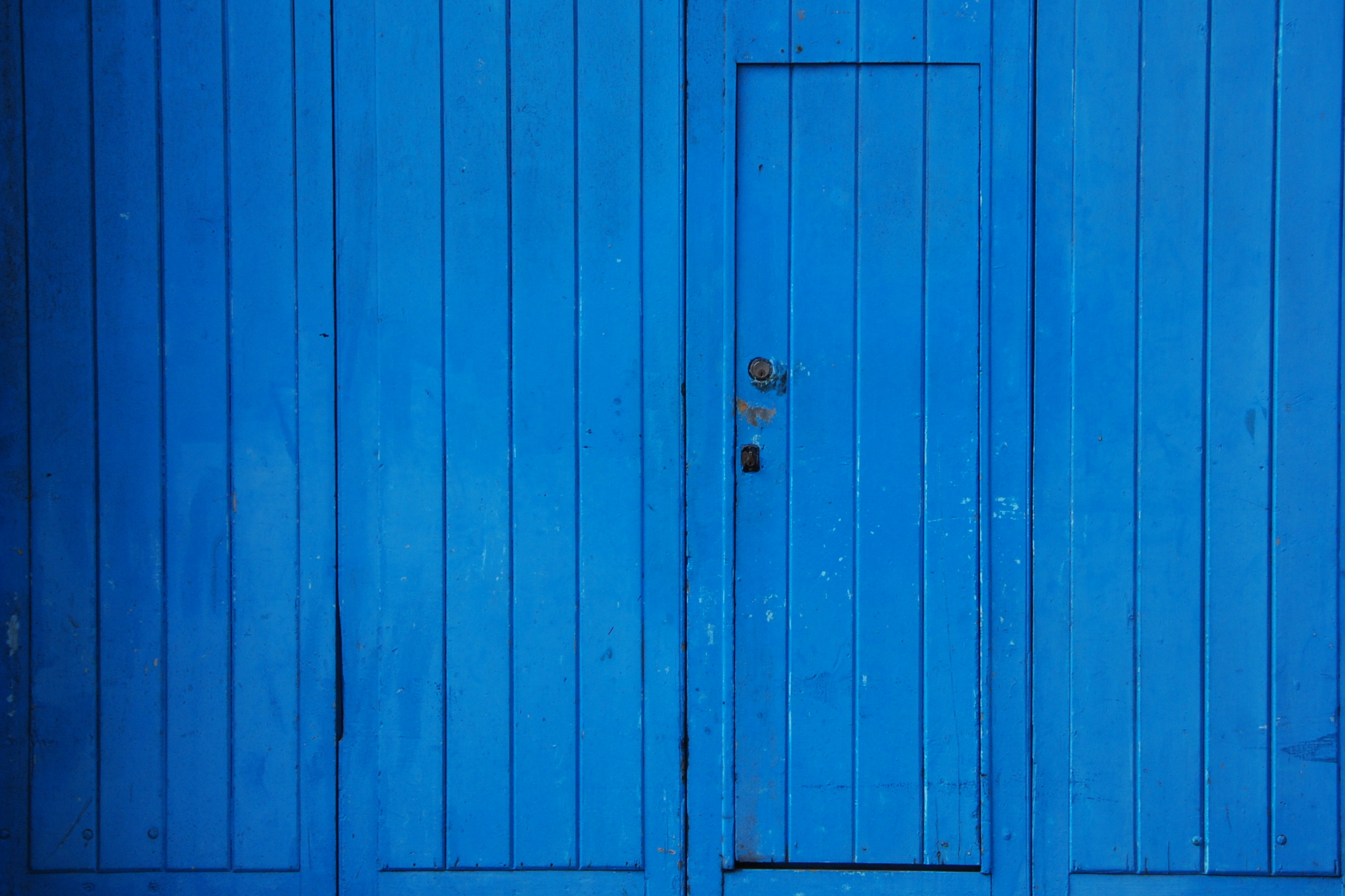 Pared y puerta madera azul canarias creativa - Color azul verdoso para paredes ...