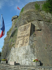 Bas-relief sur les fortifications en mémoire aux victimes de la guerre