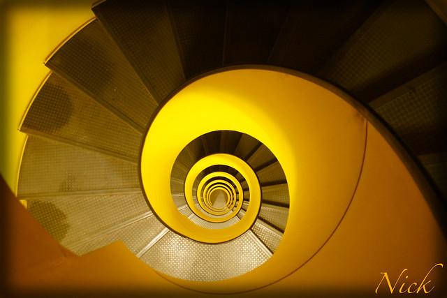 Escalier jaune de haut en bas