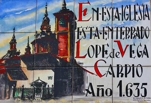 Azulejo en la fachada de la iglesia de San Sebastián que indica el enterramiento de Lope de Vega