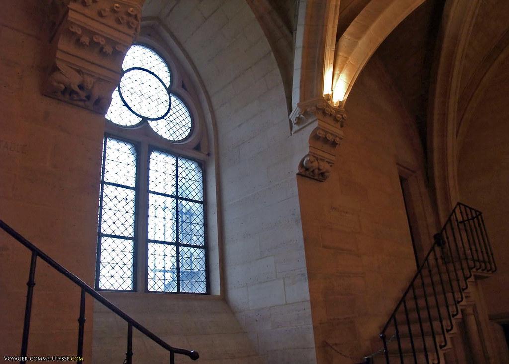 Il faut regarder par cette fenêtre pour se souvenir qu'on est en plein Paris, au 21ème siècle
