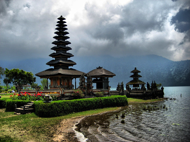 Bali temple - Flickr CC joanet