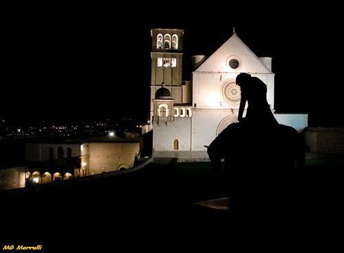 italia arte urbano viaggio architettura assisi paesaggio umbria controluce notturno scultura architetturareligiosa