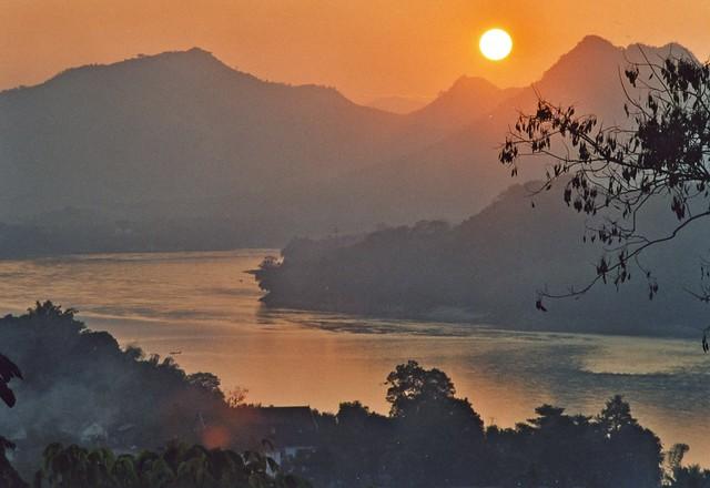 Laos-Louang Prabhang - Sunset on the Mekong
