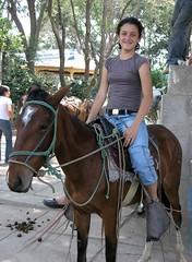 Retrato de una joven bonita en caballo - Portrait of a pretty young woman on a horse; Jinotega, Nicaragua