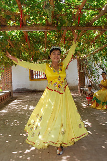 '葡萄沟:吐鲁番的维吾尔族姑娘在葡萄架下欢快地舞蹈' by Jinning