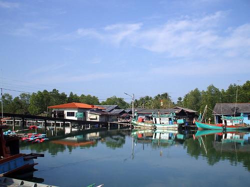 לכל אי יש יבשה מולו. כפר הדייגים מאי רוד, מפרץ תאילנד, מול קו צ'אנג