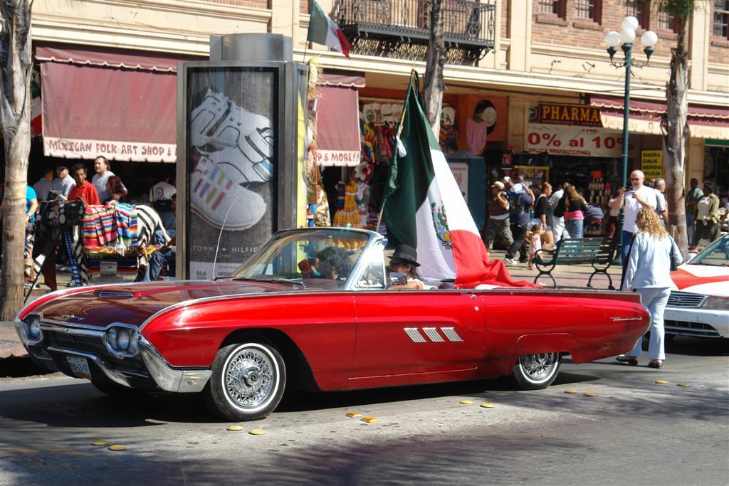 """Coche americano cargado de banderas mexicanas. La Avenida Revolución rebosa de ambiente y color que harán que pases un día estupendo. Tijuana, La ciudad frontera con """"otro mundo"""" - 3360307726 70381aaf96 o - Tijuana, La ciudad frontera con """"otro mundo"""""""