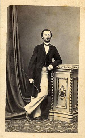 Ki van a képen ?  ..hercegi pozban Duschek Ferenc fotozta , talán Szathmári műtermében 1865-1866. Cine e in poza alăturată Foto de F.Duschek scrie în spate ..se poate ca  este în atelierul lui Szathmári