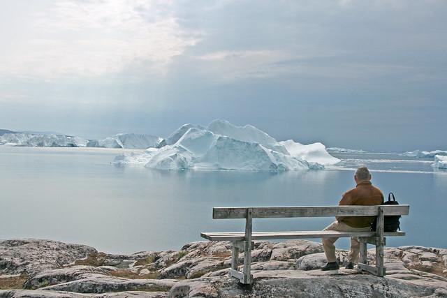 Un hombre observa los glaciares desde la costa de Ilulissat. Groenlandia.