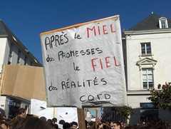Manifestation unitaire, cortège Universités. Tours, 19.03.2009. Paronomase en rouge