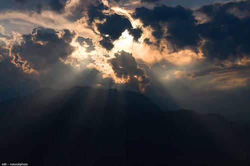 light sunset italy sun mountains color montagne canon landscapes italia tramonto nuvole hills sole colori paesaggi luce colline abruzzo sirente sigma1770 40d vallesubequana