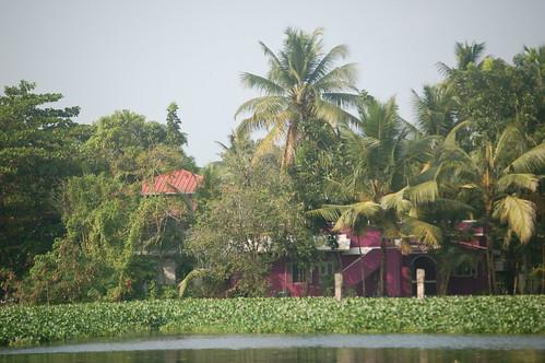 Ein palastähnliches Gebäude an der Lagune zeugt von aufstrebender Wirtschaft.