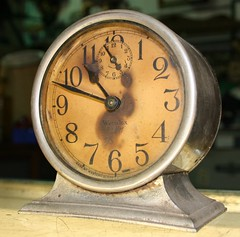 hand(0.0), decor(0.0), alarm clock(1.0), antique(1.0), clock(1.0),
