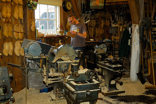 Klompenmaker 의 이미지. holland mill netherlands mills molen zaanseschans zaanse noordholland woodenshoes klompen molens zaan klomp windmolens koogaandezaan