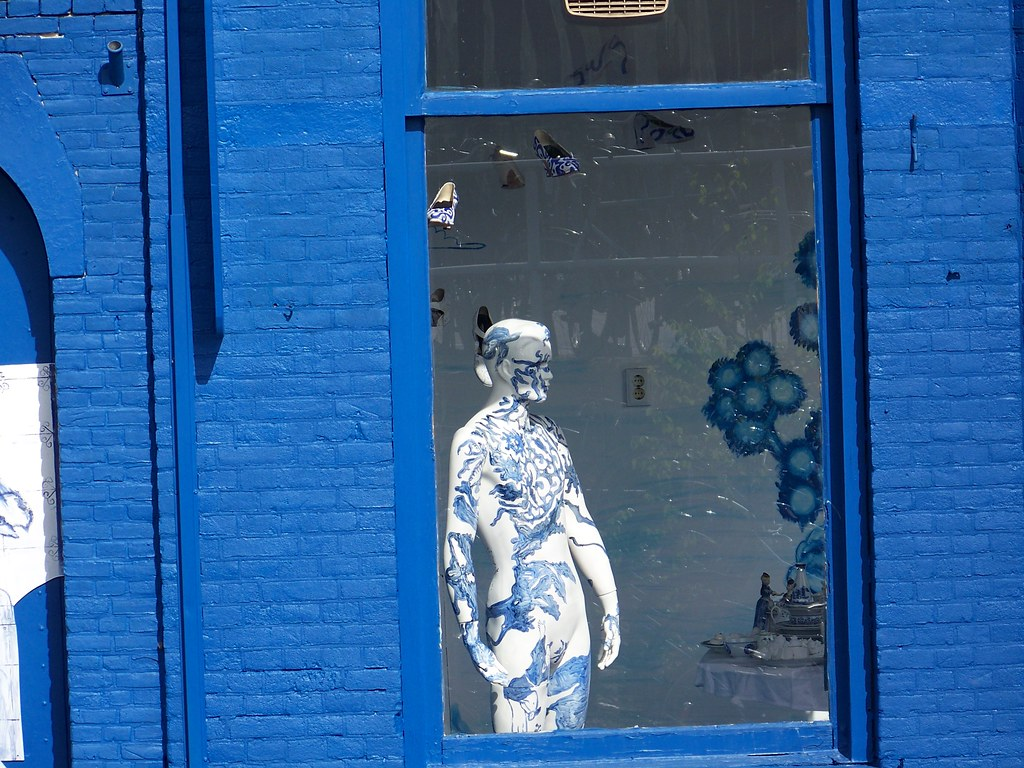 Delftblue manequin in window
