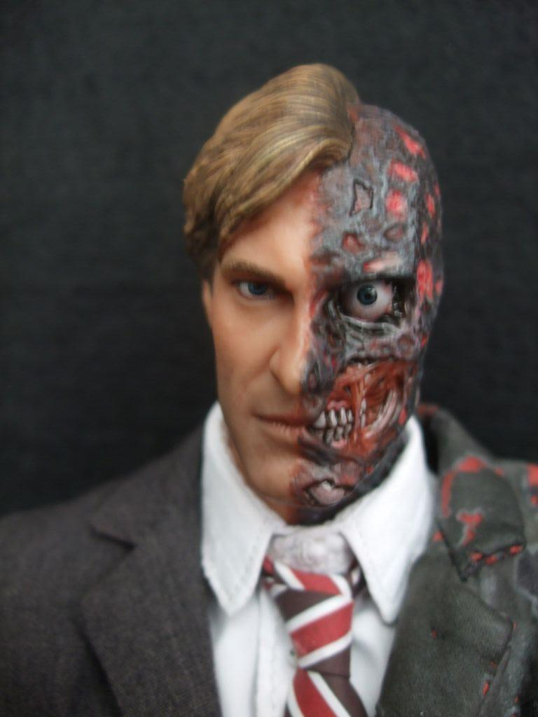 Harvey Dent New Earth: Two-Face / Harvey Dent Figure By Hot Toys