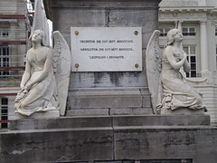 Pairs of angels, sculptures; Martyrs' Square - Place des Martyrs - Martelaarsplaats 7