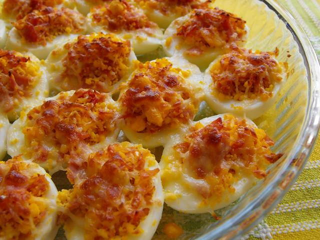 Ovos recheados gratinados no forno