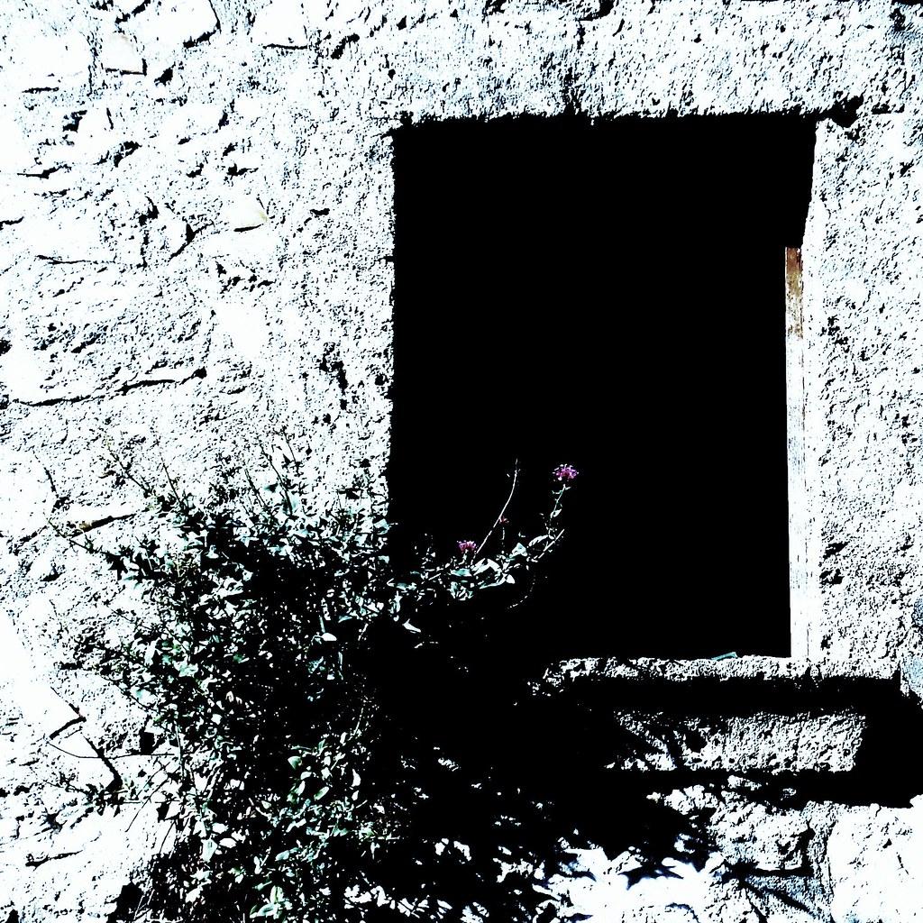 Rosso Su Sfondo Nero Finestra Nucleo Antico Di Rocchetta Flickr