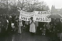 Abortusdemonstratie in Amsterdam; vrouwen met spandoeken op Museumplein / Abortion protest in Amsterdam; women with banners on the Museum square