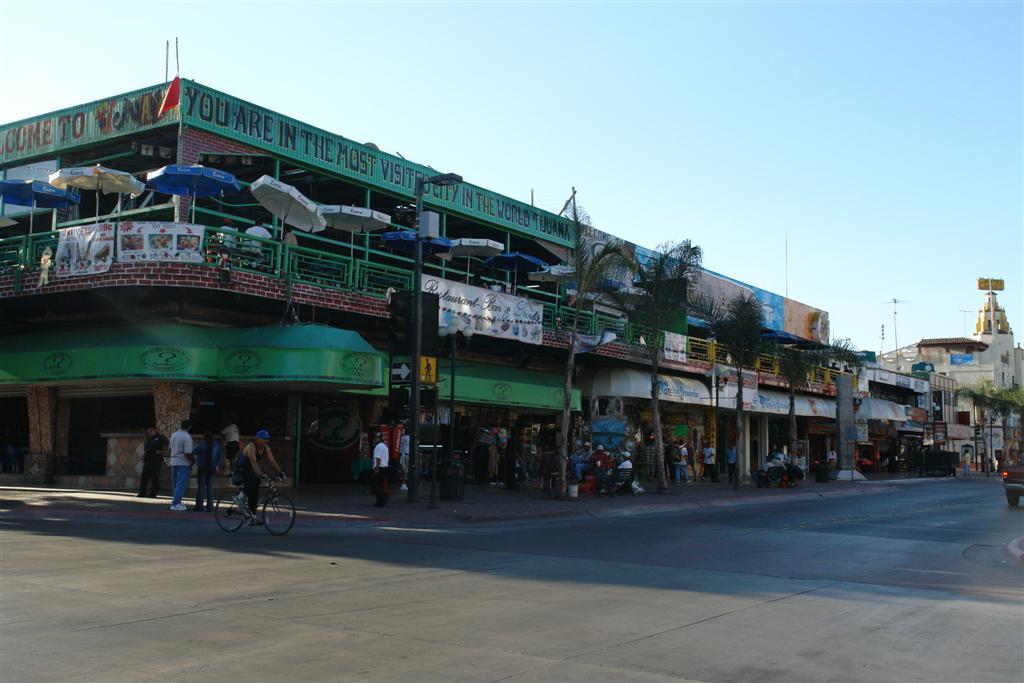 """Restaurante típico que combina comida-discoteca-karaoke-copas... Tijuana, La ciudad frontera con """"otro mundo"""" - 3359498357 a6a77a9633 o - Tijuana, La ciudad frontera con """"otro mundo"""""""