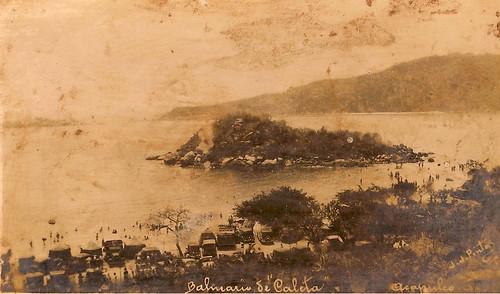 Islote que separa las playas de Caleta y Caletilla Y al fondo Isla la Roqueta.