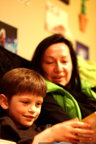 nick reading a bedtime story to his brother and his grandmother    MG 3028