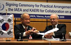 Signing Practical Arrangement IAEA & KAERI (04010003)