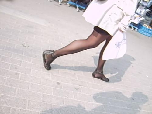 Ganz kurzer Rock und Schwarze Strumpfhosen mit offenen Schuhen 5 ...