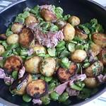 Dicke Bohnen, neue Kartoffeln und italienischer Schinken