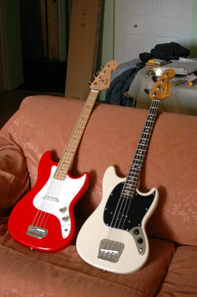 squier bronco bass vs mustang bass. Black Bedroom Furniture Sets. Home Design Ideas