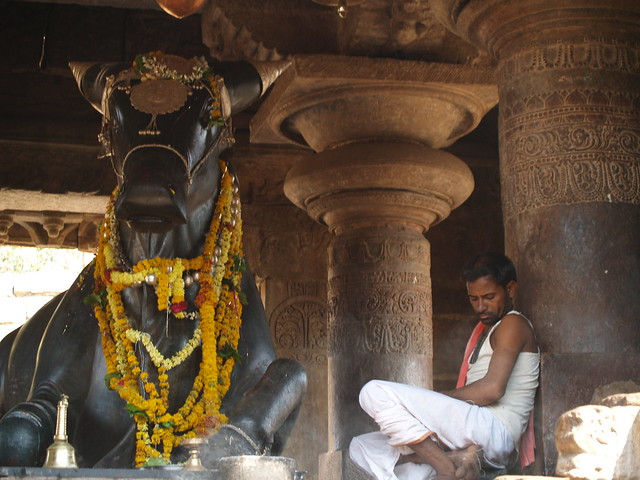 nandi_priest_pattadakal